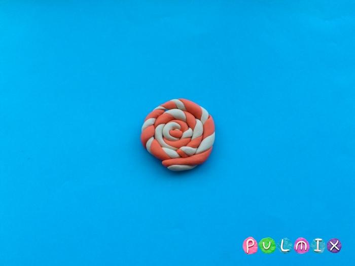 Как слепить из пластилина конфеты на палочке - шаг 4