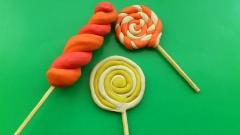 Фотография конфеты на палочке для кукол из пластилина