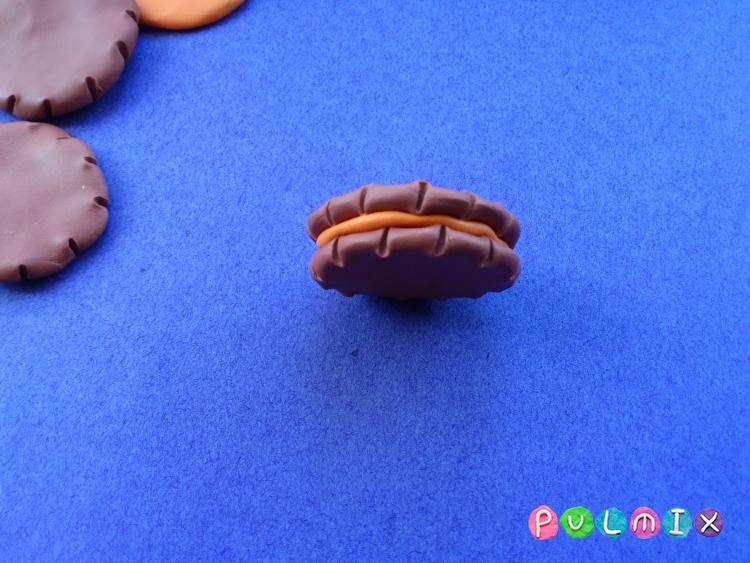 Как слепить кукольную еду печенье из пластилина поэтапно - шаг 5