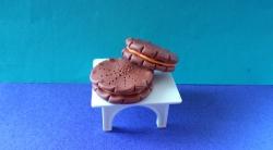 Как слепить кукольную еду печенье-сэндвич из пластилина своими руками
