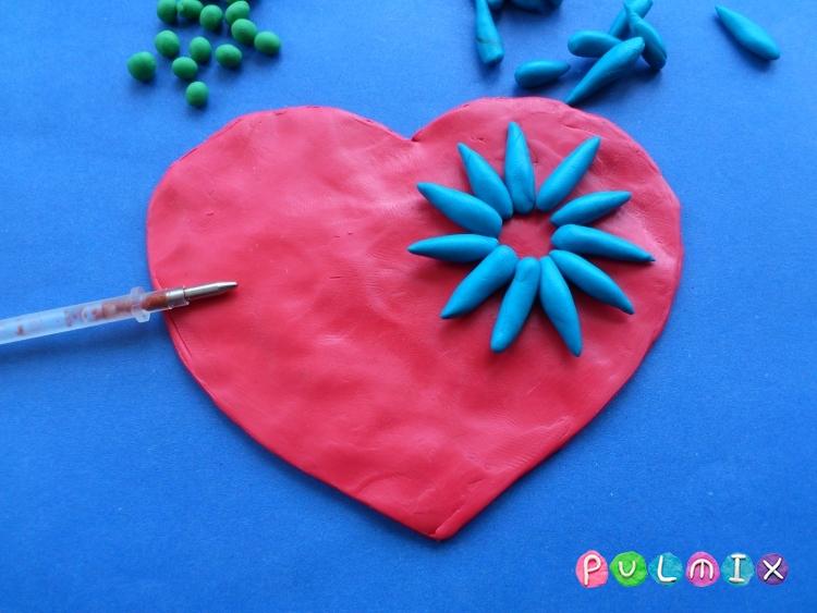 Как слепить валентинку с цветочным орнаментом из пластилина - шаг 5