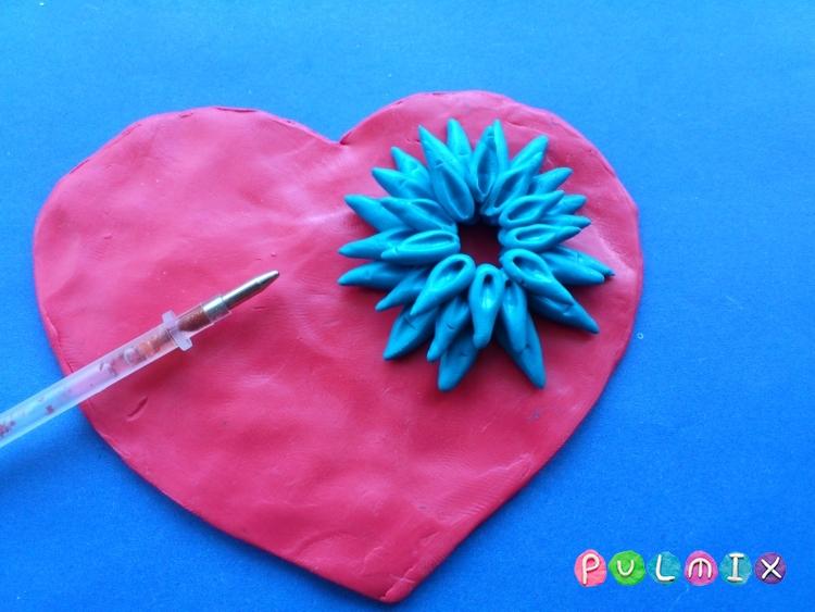Как слепить валентинку с цветочным орнаментом из пластилина - шаг 6