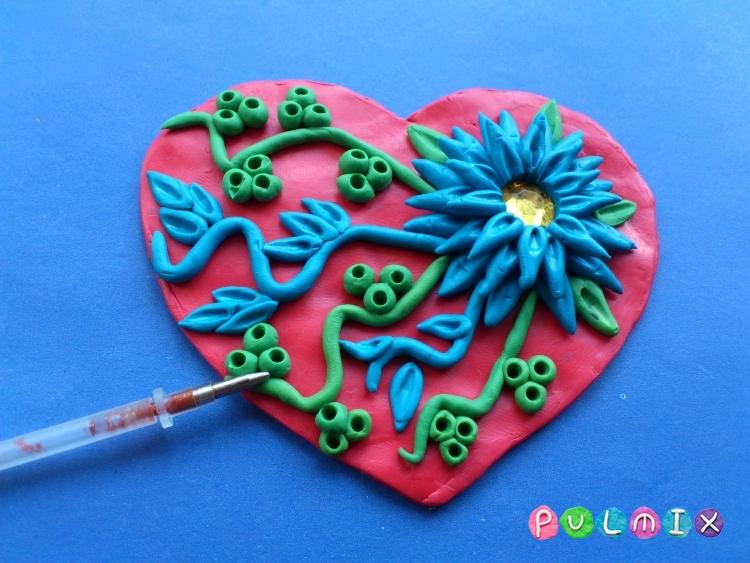 Как слепить валентинку с цветочным орнаментом из пластилина - шаг 8
