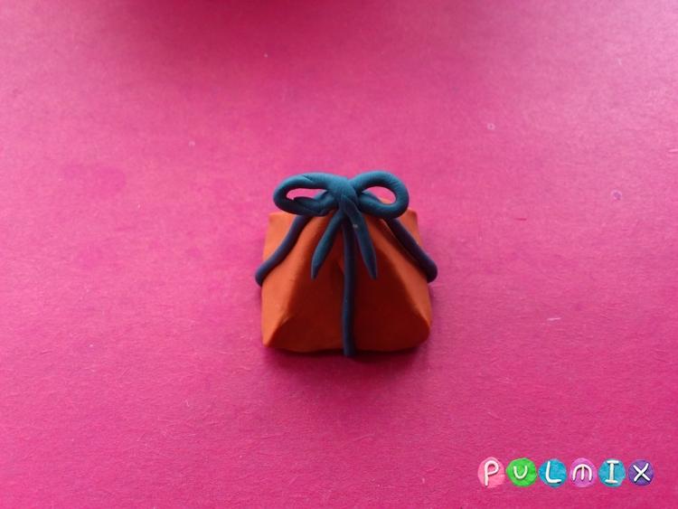 Как слепить новогодние подарки из пластилина - шаг 11