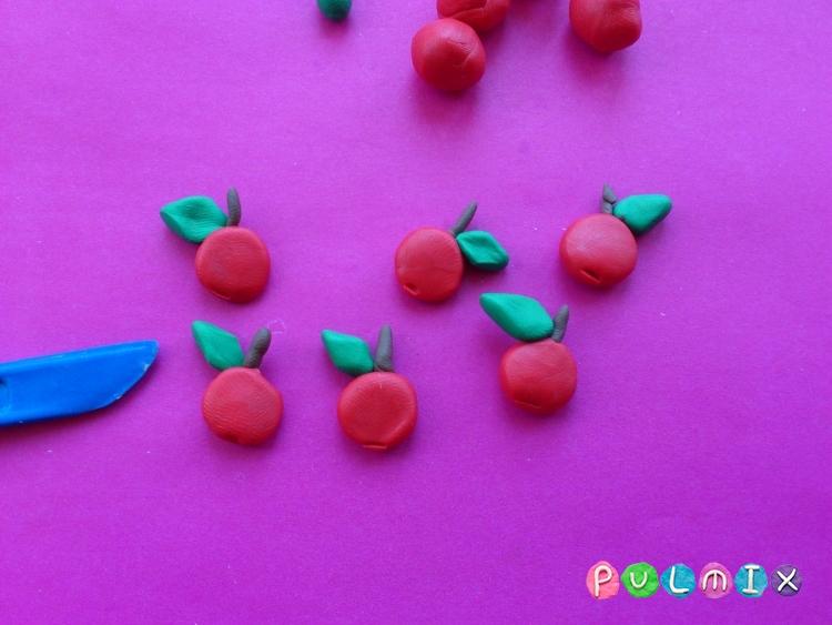 Как слепить яблоню с плодами из пластилина - шаг 6