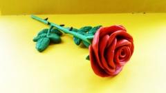 Как слепить алую розу из пластилина