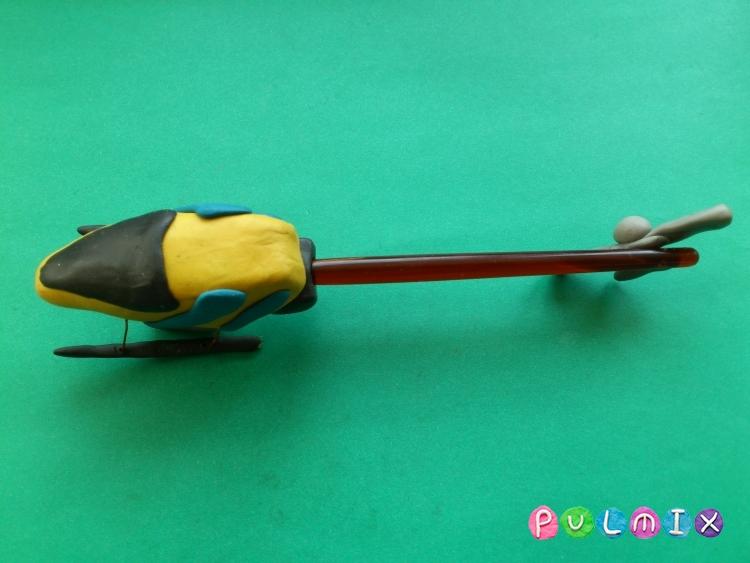Как слепить игрушечный вертолет из пластилина - шаг 10