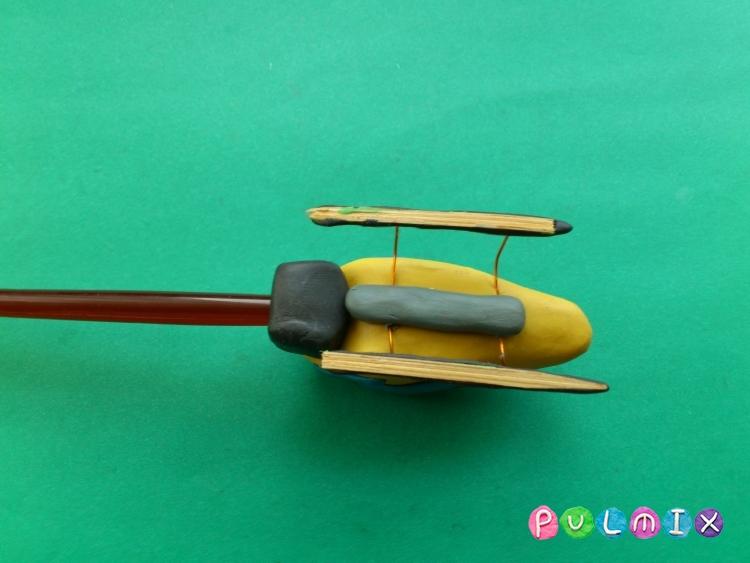 Как слепить игрушечный вертолет из пластилина - шаг 9