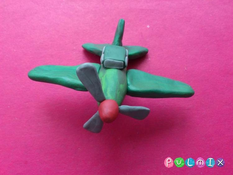 Как слепить игрушечный военный самолет из пластилина - шаг 10
