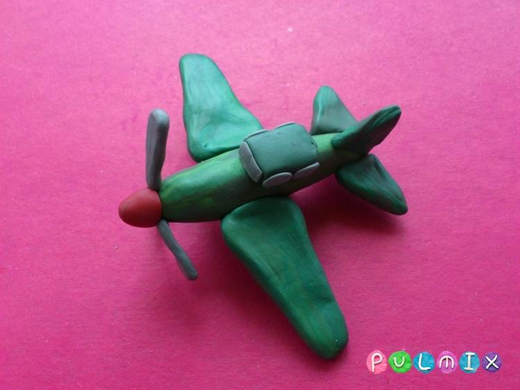 Как слепить игрушечный военный самолет из пластилина - шаг 11