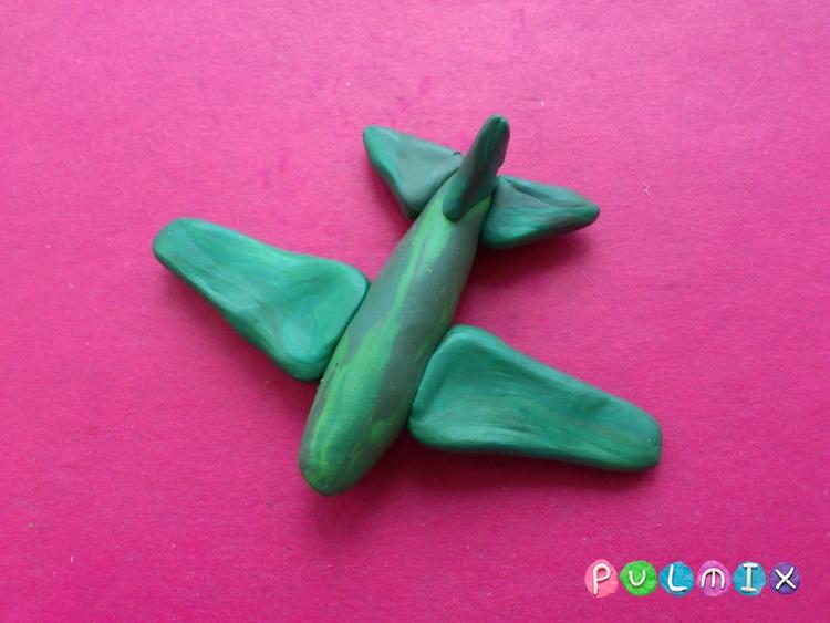 Как слепить игрушечный военный самолет из пластилина - шаг 8
