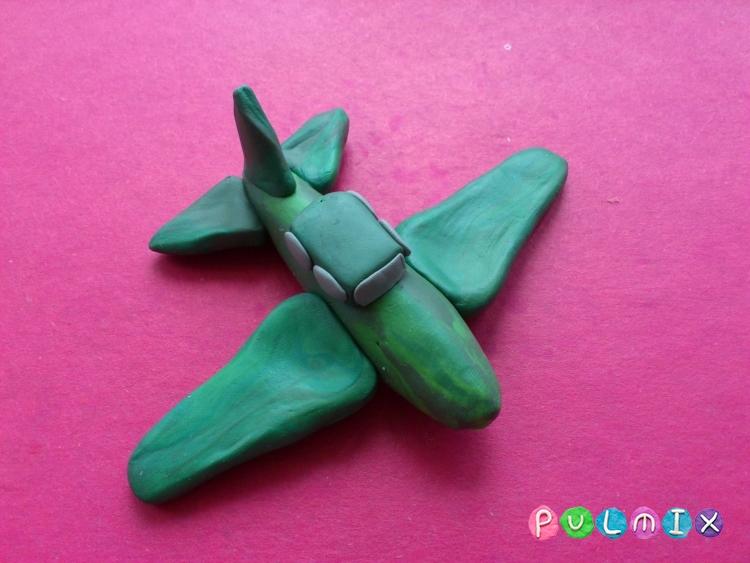 Как слепить игрушечный военный самолет из пластилина - шаг 9