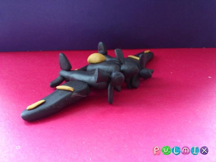 Как слепить самолет с тремя пропеллерами из пластилина - шаг 11