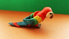 Фотография попугая из пластилина