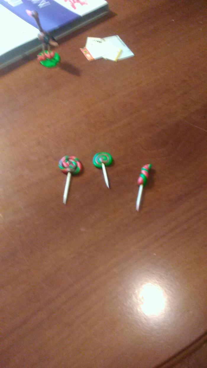Как сделать конфеты на палочке для кукол из пластилина